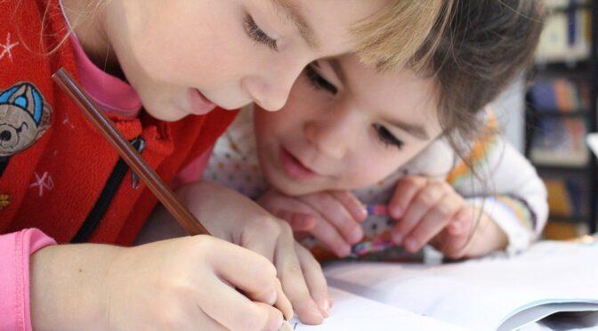 Powrót dzieci do szkół i ważna rola wsparcia rodziców. Kilka porad psychologicznych
